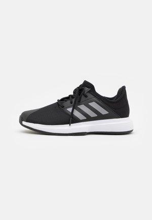 GAMECOURT CLOUDFOAM - Scarpe da tennis per tutte le superfici - core black/matte silver/footwear white