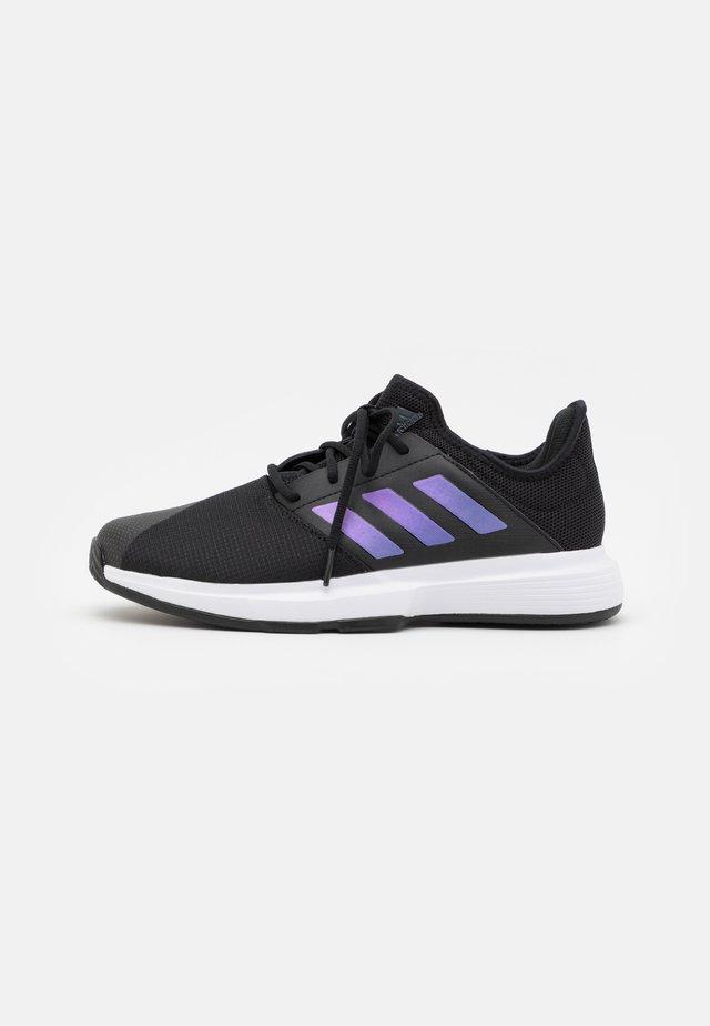 GAMECOURT CLOUDFOAM - Tenisové boty na všechny povrchy - core black/matte silver/footwear white