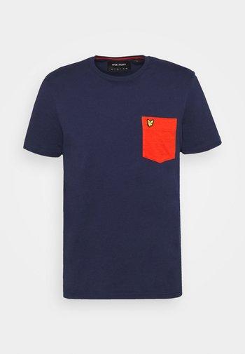 CONTRAST POCKET - Print T-shirt - navy/burnt orange