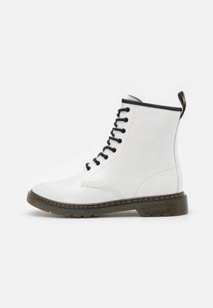 1460 - Šněrovací kotníkové boty - white