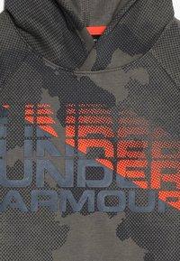 Under Armour - RIVAL WORDMARK HOODY - Mikina skapucí - pitch gray/orange glitch - 2