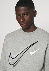 Nike Sportswear - SOS CREW - Sweatshirt - grey heather - 3