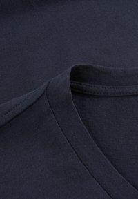 Phyne - THE V-NECK - T-shirt basique - navy - 4
