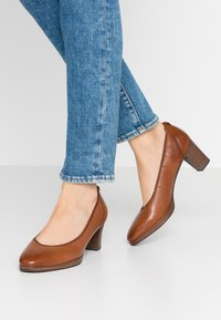 Tamaris - COURT SHOE - Escarpins - cognac - 0