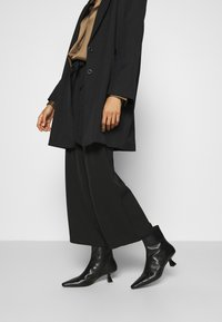 Anna Field - Wide cropped leg trousers with belt - Kalhoty - black - 3