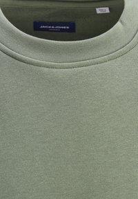 Jack & Jones - JORBRINK CREW NECK - Sweatshirt - sea spray - 1