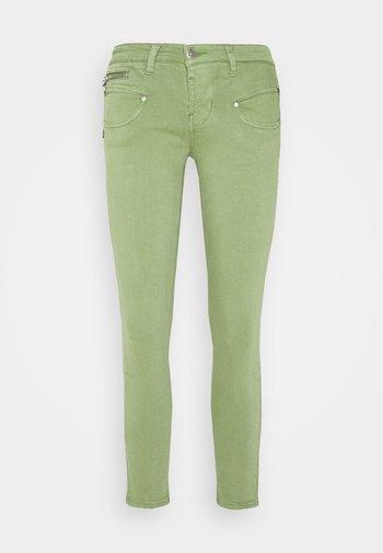 ALEXA CROPPED NEW MAGIC - Pantalones - turf green