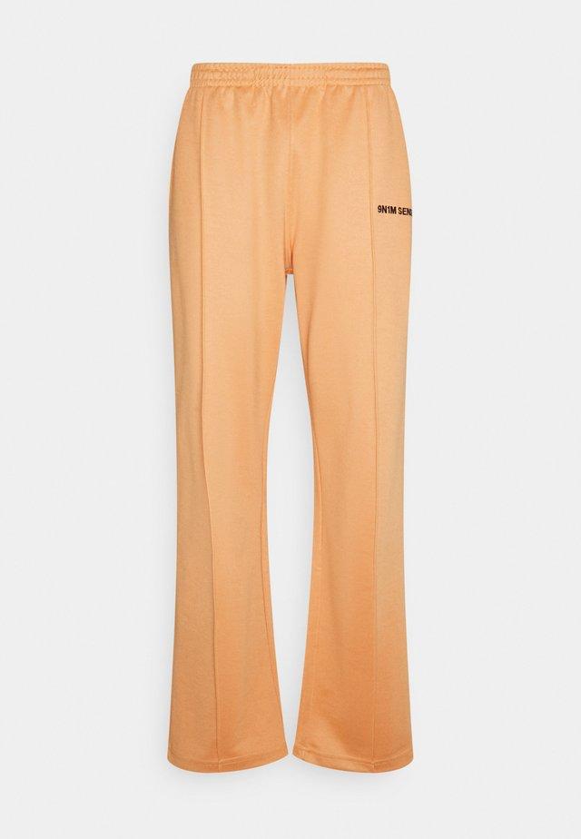 LOGO PANTS UNISEX - Broek - pantone apricot/black
