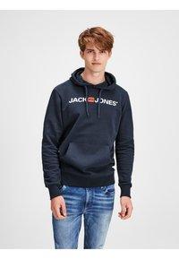 Jack & Jones - JJECORP LOGO HOOD - Luvtröja - navy blazer - 0