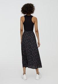 PULL&BEAR - MIT BLUMENPRINT UND BEINSCHLITZ  - Maxi skirt - black - 2