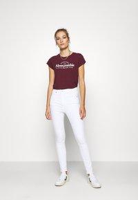 Abercrombie & Fitch - LONG LIFE LOGO  - Print T-shirt - burg - 1