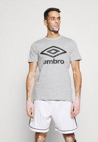 Umbro - LARGE LOGO TEE - Triko spotiskem - grey marl/black - 0