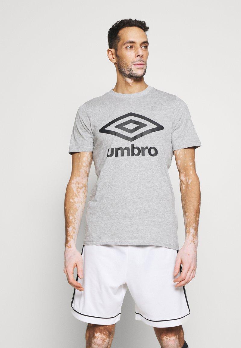 Umbro - LARGE LOGO TEE - Triko spotiskem - grey marl/black