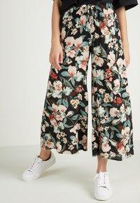Tezenis - CULOTTE AUS LEICHTEM STOFF - Trousers - nero st.lake flowers - 0