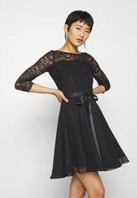 Swing - Cocktailkleid/festliches Kleid - schwarz - 0