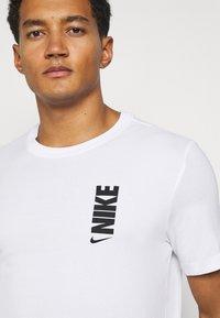 Nike Performance - DRY EXTRA BOLD TEE - Camiseta estampada - white - 4