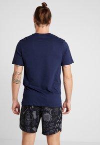 Nike Performance - DRY RUN SEASONAL  - Print T-shirt - obsidian/white - 2
