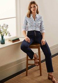 Boden - DAS NEW CLASSIC - Button-down blouse - naturweiß, vogelmuster - 1