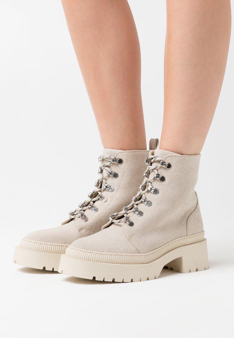 Zign - Kotníkové boty na platformě - nude
