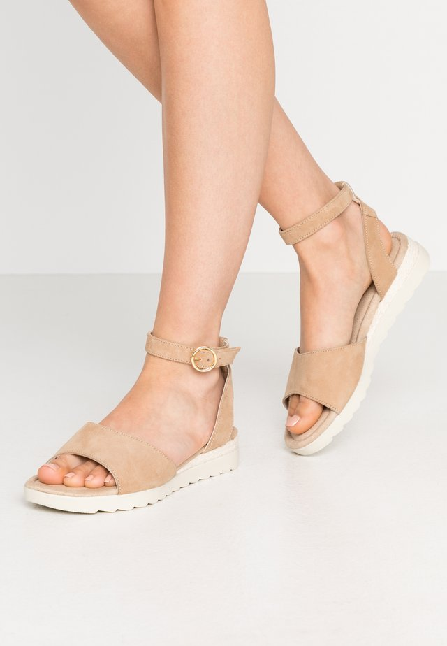 LEATHER WEDGE SANDALS - Sandały na koturnie - nude