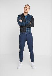 Redefined Rebel - ERCAN PANTS - Pantaloni - navy - 1