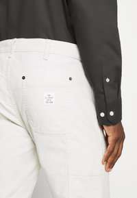 GAP - WORKERS PANT - Trousers - off-white - 5