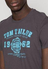 TOM TAILOR - LOGO TEE - Print T-shirt - tarmac grey - 4