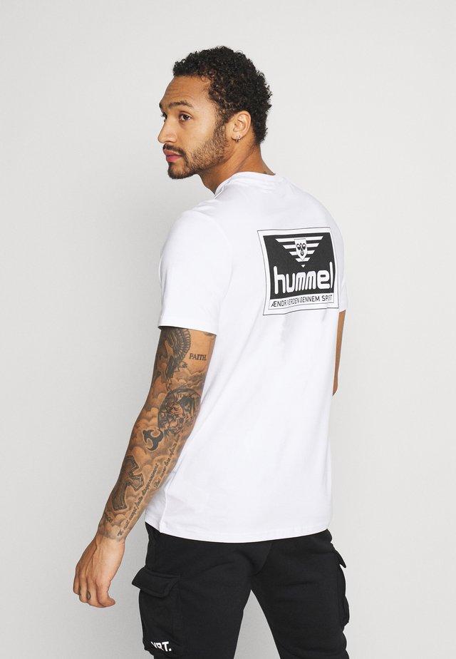 UNISEX HMLFERIE  - T-shirts med print - white