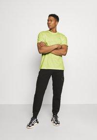 adidas Originals - ESSENTIAL TEE - T-shirt - bas - yellow tint - 1