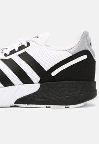 adidas Originals - ZX 1K BOOST UNISEX - Matalavartiset tennarit - white/black/silver - 6