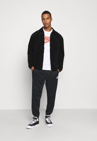 Nike Sportswear - TEE FUTURA SHOEBOX - Camiseta estampada - white - 1