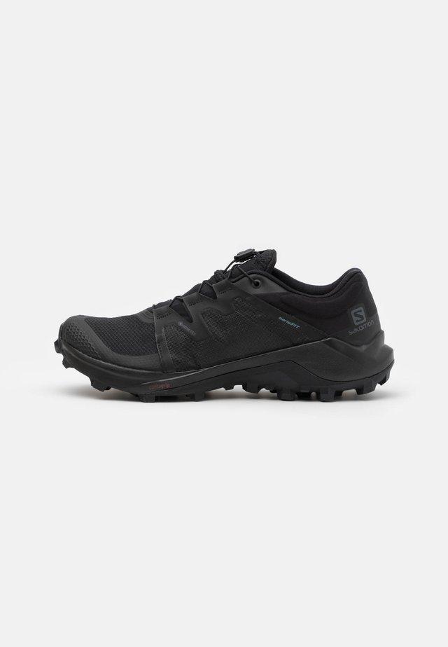WILDCROSS GORE TEX - Běžecké boty do terénu - black