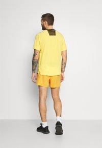 Nike Performance - TRAIL - Pantalón corto de deporte - solar flare/beach/black - 2