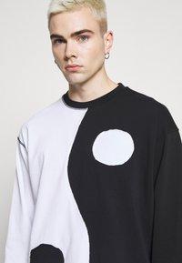 Jaded London - CUT AND SEW YIN AND YANG - Camiseta de manga larga - black/white - 4