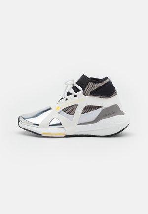 ASMC ULTRABOOST 21 METALLIC - Zapatillas de running neutras - footwear white/silver metallic/yellow