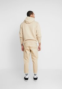 Redefined Rebel - LEE CROPPED PANTS - Trousers - travertine - 2