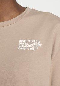 Marc O'Polo DENIM - SHORTSLEEVE ROUNDNECK - Print T-shirt - rocky road - 4