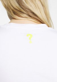 Guess - JANEL TEE - Print T-shirt - true white - 5