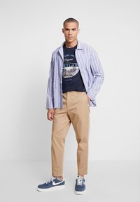 Jack & Jones - JORCOOL CITY TEE CREW NECK - Printtipaita - navy blazer - 1