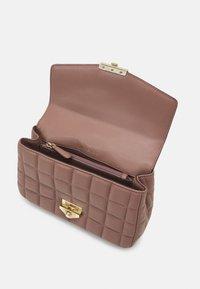 MICHAEL Michael Kors - SOHOLG CHAIN - Handbag - dark fawn - 3