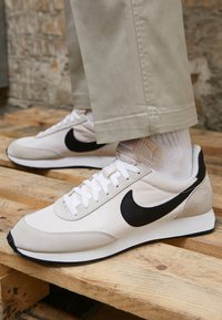 Nike Sportswear - AIR TAILWIND 79 UNISEX - Trainers - white/black/phantom/dark grey/team orange - 7