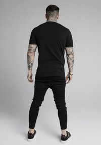 SIKSILK - DUAL CUFF TECH TEE - T-shirt med print - black/gold - 2
