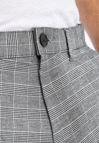 Next - GREY TAPERED SLIM FIT CHECK CHINOS - Kalhoty - grey - 2