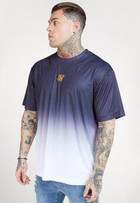 SIKSILK - BOXY FADE TEE - Print T-shirt - navy/white - 4