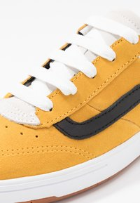 Vans - CRUZE - Sneakersy niskie - mango mojito/black - 6