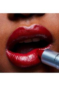MAC - AMPLIFIED LIPSTICK - Lipstick - dubonnet - 3