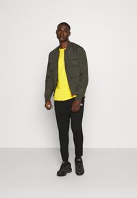 Tommy Jeans - ESSENTIAL SOLID TEE - Basic T-shirt - star fruit yellow - 1