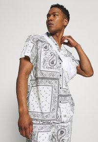 Mennace - BANDANA PRINT BOWLING - Shirt - white - 3