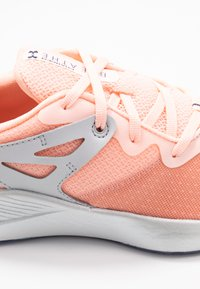 Under Armour - CHARGED BREATHE TR 2 - Sportovní boty - peach frost/halo gray/blue ink - 5