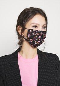 Pieces - PCCOMMUNITY MASK ADULT 2 PACK - Maschera in tessuto - black/pink - 2